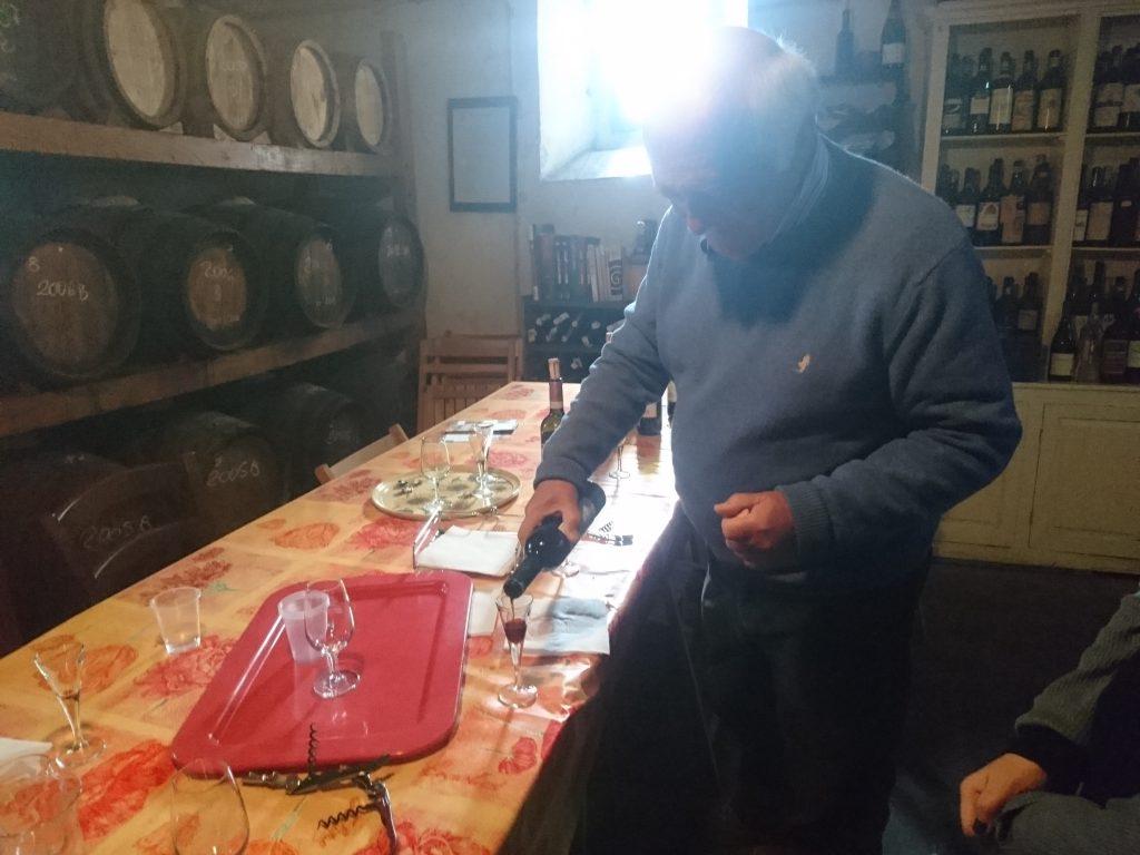 グラスにワインを注いでくれるヴィットリオさん